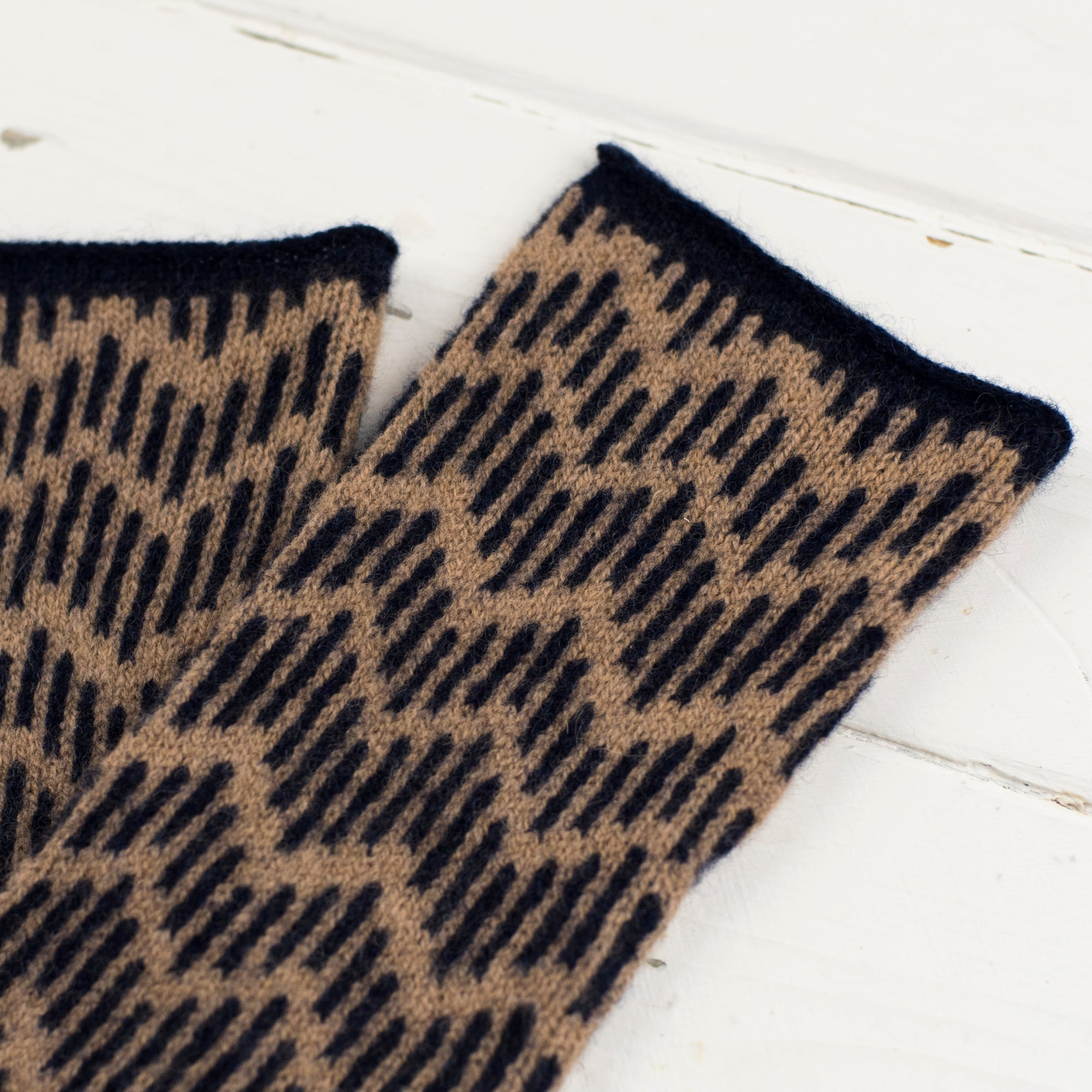 Zig zag wristwarmers - camel and navy