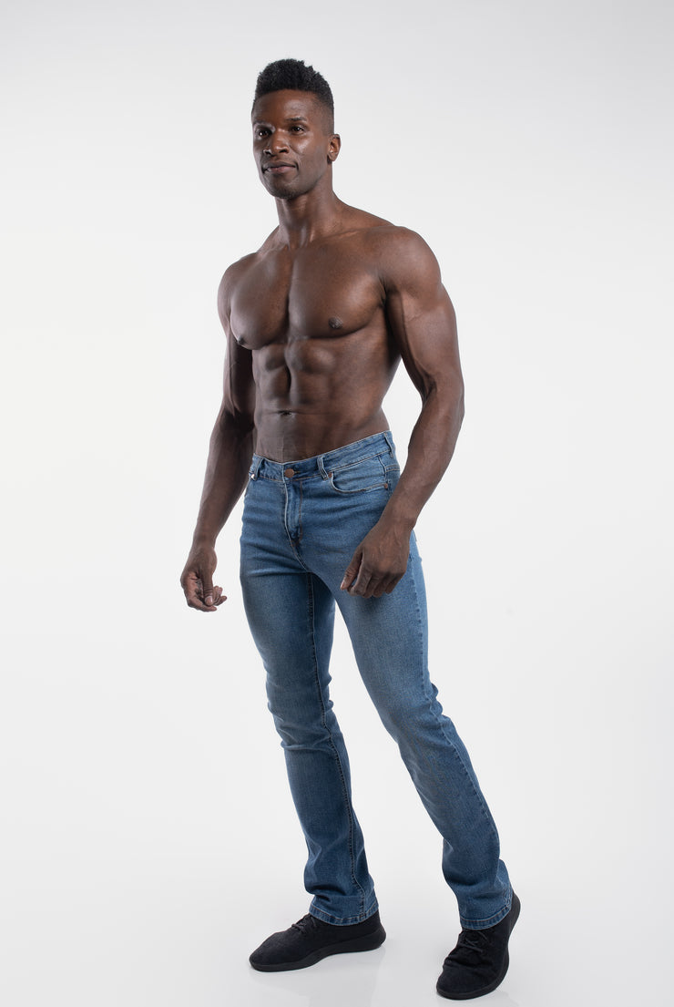 Boot Cut Athletic Fit in Light Wash - image no.2