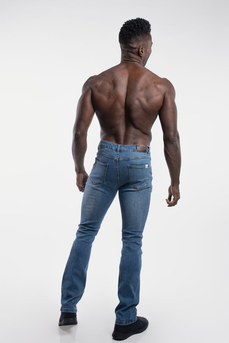 Boot Cut Athletic Fit in Light Wash - image no.3