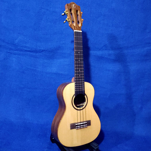 Flight Concert Sophia CE Solid Spruce Top / Laminate Walnut Back & Sides A/E Slotted Headstock Ukulele w/ Bag i121