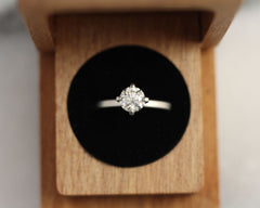 Solitaire Diamond Engagement Ring with 4 Claws and an Ethical Diamond