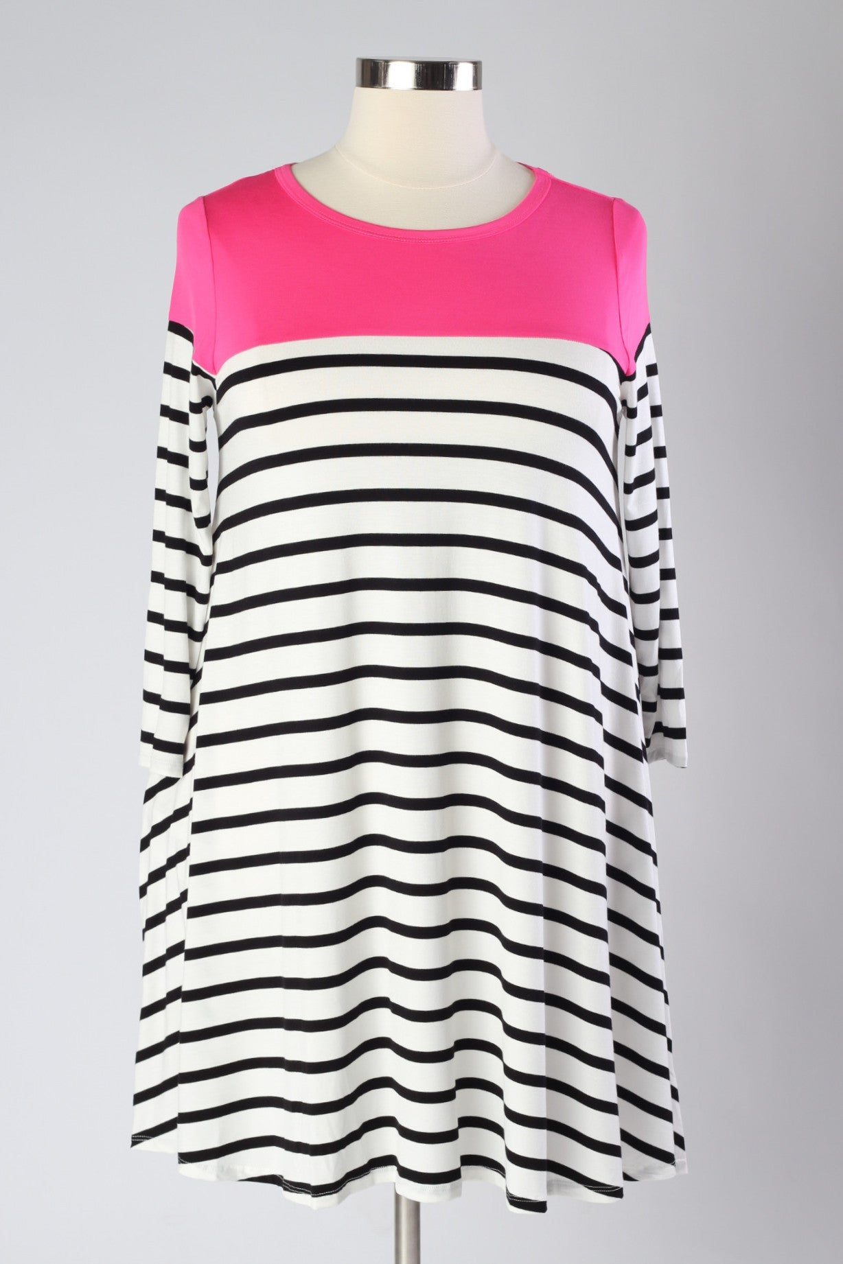 95% Rayon, 5% Spandex Hand wash cold Made in USA Length Arm hole Wrist opening Size: 14/16 37