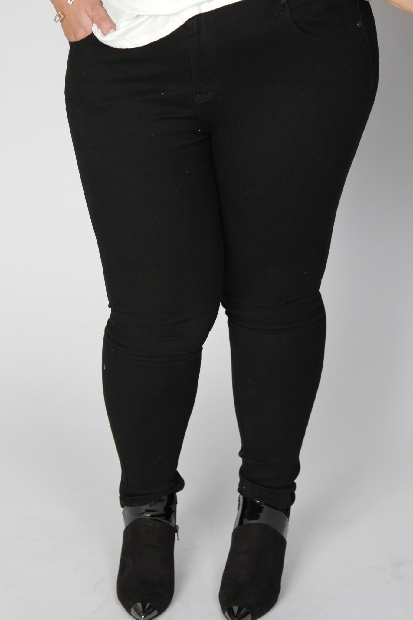 Every girl needs a perfect pair of black skinny jeans, and we've got you covered. Stretchy and comfortable, you'll never want to take them off. *Stretch factor is included in the sizing of these garments.* Front length Back length Inseam Size: 16/18 42
