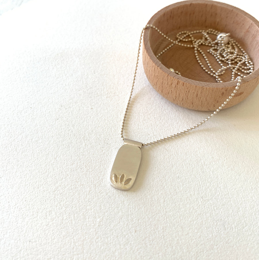 The Three Leaf Pendant Necklace (Nk44)