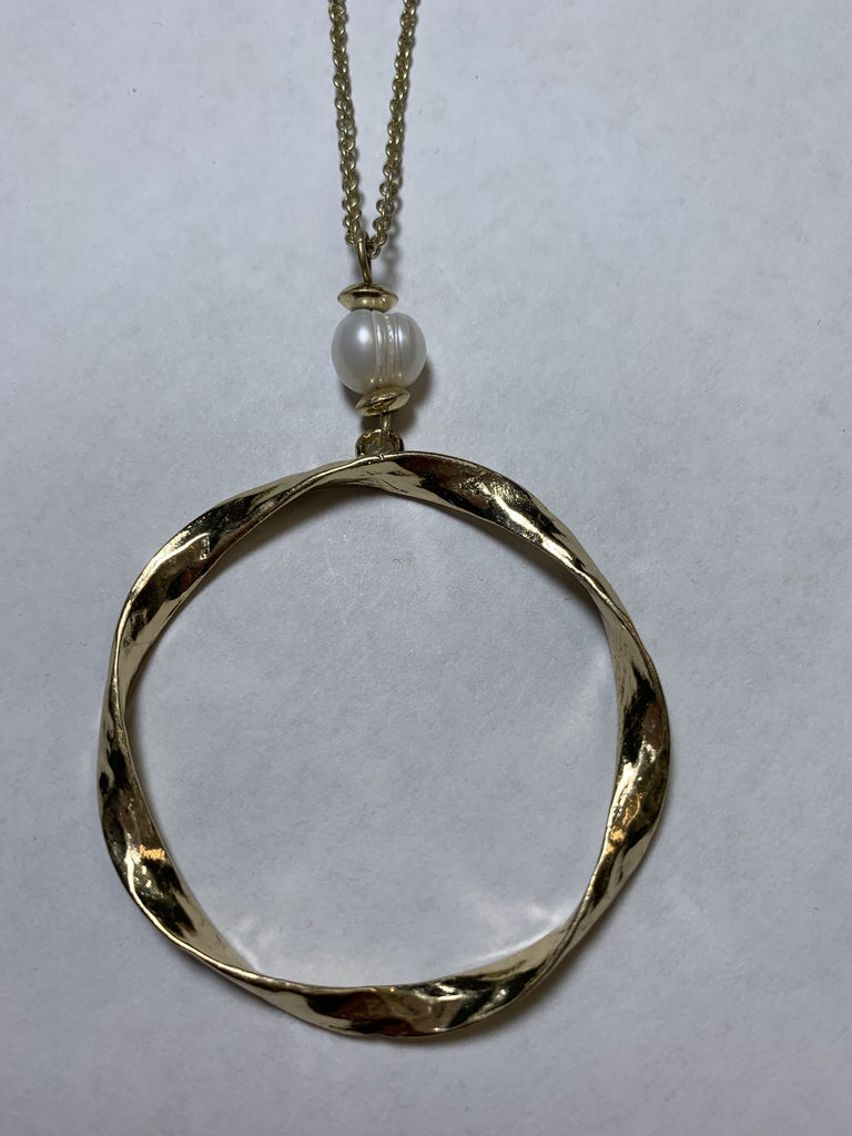 Pearl and circle necklace