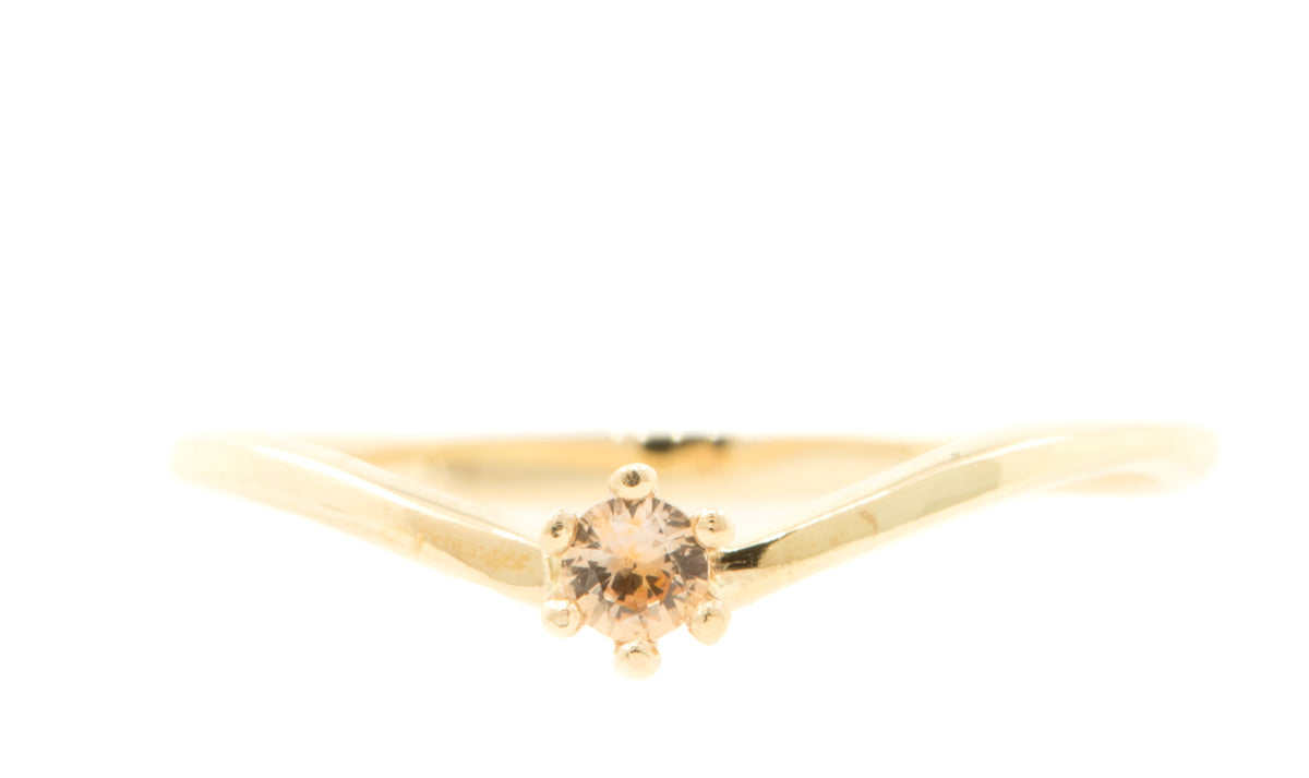 Handgemaakte en fairtrade fijne geelgouden ring met peach saffier in chaton