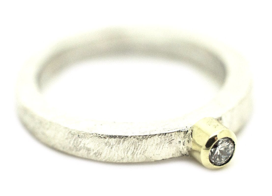 Handgemaakte en fairtrade zilveren ring met briljant geslepen diamant in goud