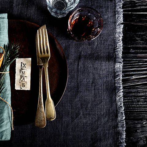 Linen tablecloths and napkins set an easy West Coast vibe