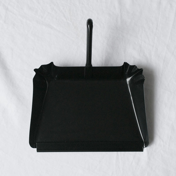 SHORT HANDLED BLACK METAL DUST PAN