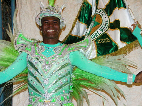 mestre-sala Rogerinho, that used has danced for Mocidade and Unidos da Tijuca samba-school, and today represents Portela.  As you can see, his clothing is very rich and detailed.