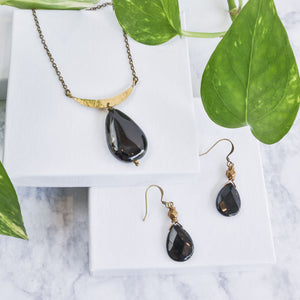 Large pear onyx and brass earrings and necklace.
