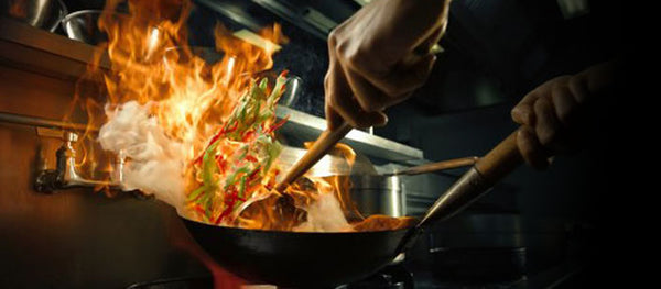 a chef is using Mammafong® Wok in a commercial kitchen