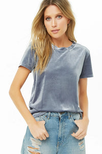 Velvet T-shirt with a round neckline, short sleeves and ribbed edges.