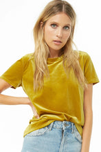 Load image into Gallery viewer, Velvet T-shirt with a round neckline, short sleeves and ribbed edges.