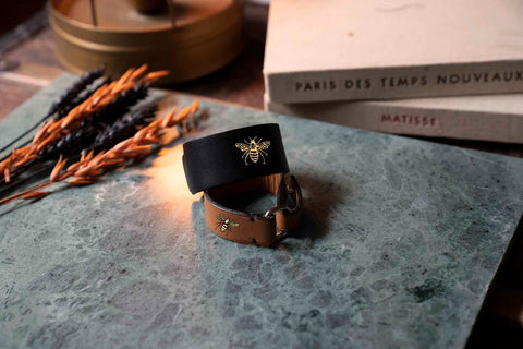 Bracelet en cuir upcyclé Bad Reputation tatoué à la main