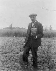George Washington Carver in his element at Tuskegee Institute in 1906. Library of Congress / public domain.
