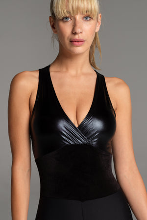 The bodice, with its stunning liquid look, creates a feminine décollete and a flattering black velvet waist shape.