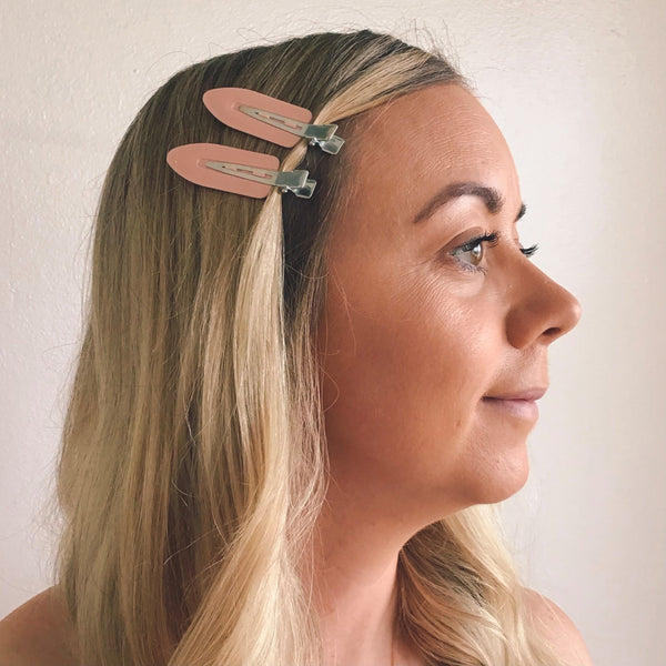 No-Bend Beauty Clips can be used as part of your beauty routine to keep baby hairs or fringe out of your face, without causing creasing your hair. They can also be worn as a cute accessory to style your hair.  They are perfect for everyone and used by professional makeup artist, hairstylist and celebrities.    The No-Bend Beauty clips come in pink in a pack of 4.