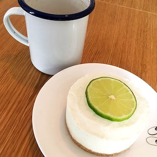 Lime latte iced cheesecake with chai with a chaï latte GABEE TEA