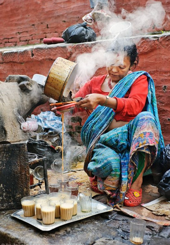 Chaï Wallah woman preparing her chaï latte in the Indian streets, intended for sale