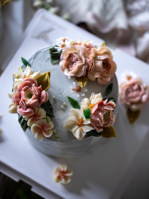 "Load image into Gallery viewer, ""Janis"" Korean Buttercream Flowercake Wreath Style"
