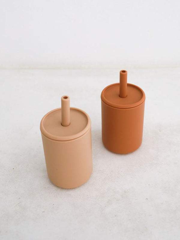 Rommer cinnamon and nude silicone drink cups come with a lid and straw, perfect for smoothies!