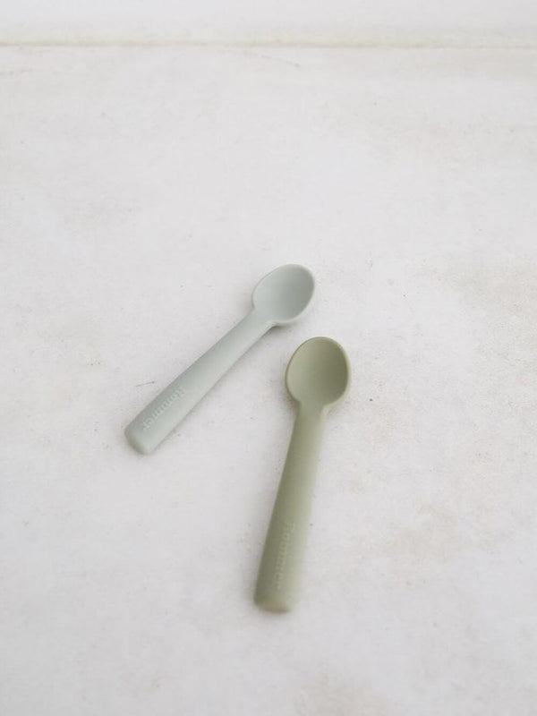 Rommer silicone spoon sets in oyster and cloud, the perfect choice for meal times. Non slip and dishwasher friendly!