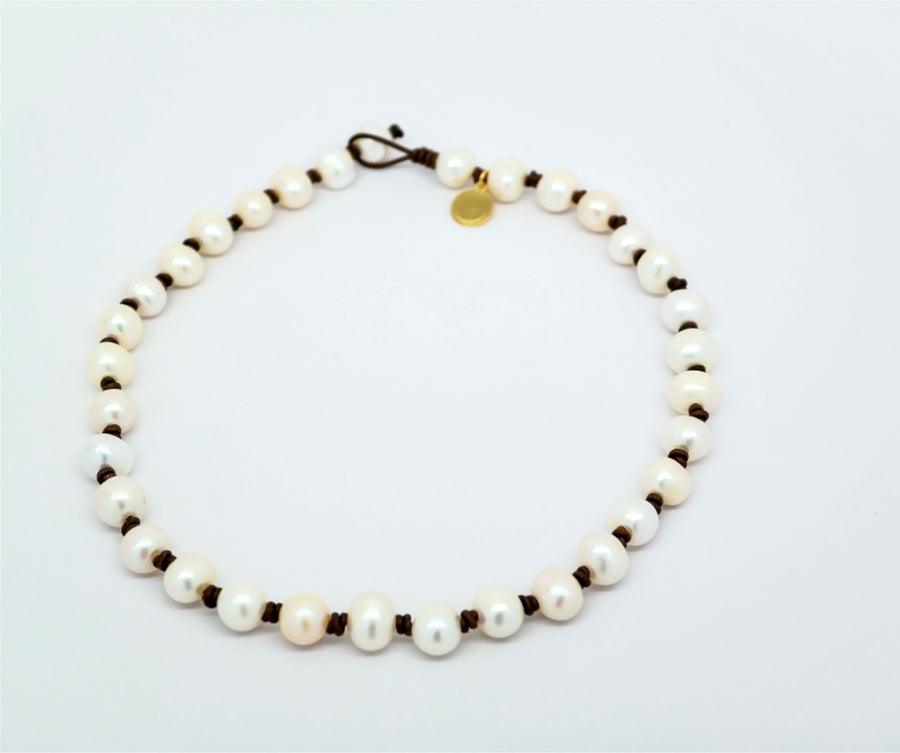 Choker : Small round pearls on leather