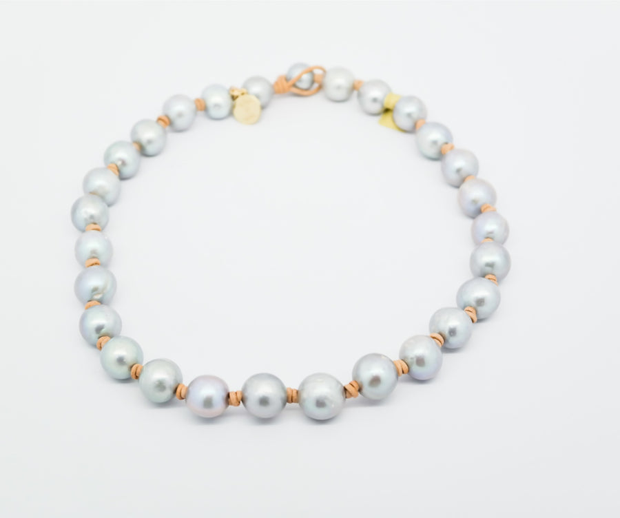 Choker : Large round pearls on leather