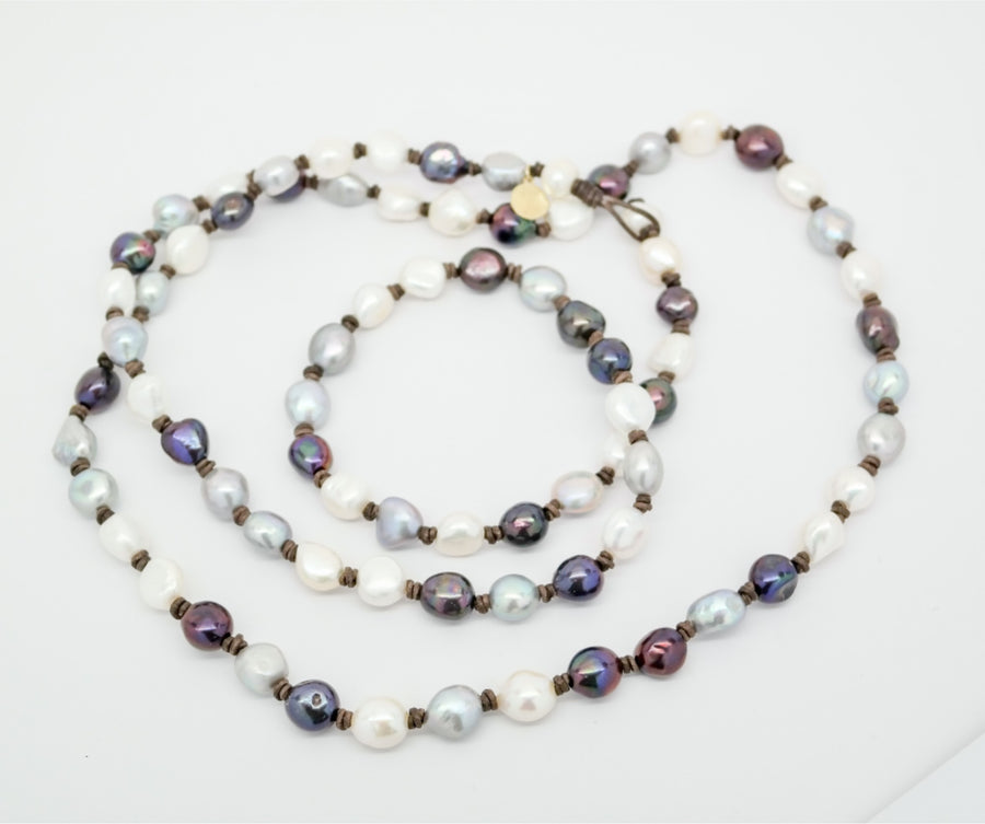 Sautoir: Tri-colored small baroque pearl on leather