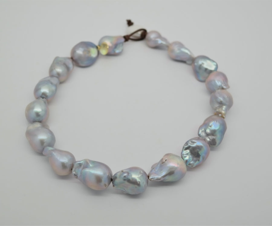 Choker : Large Baroque pearl on leather