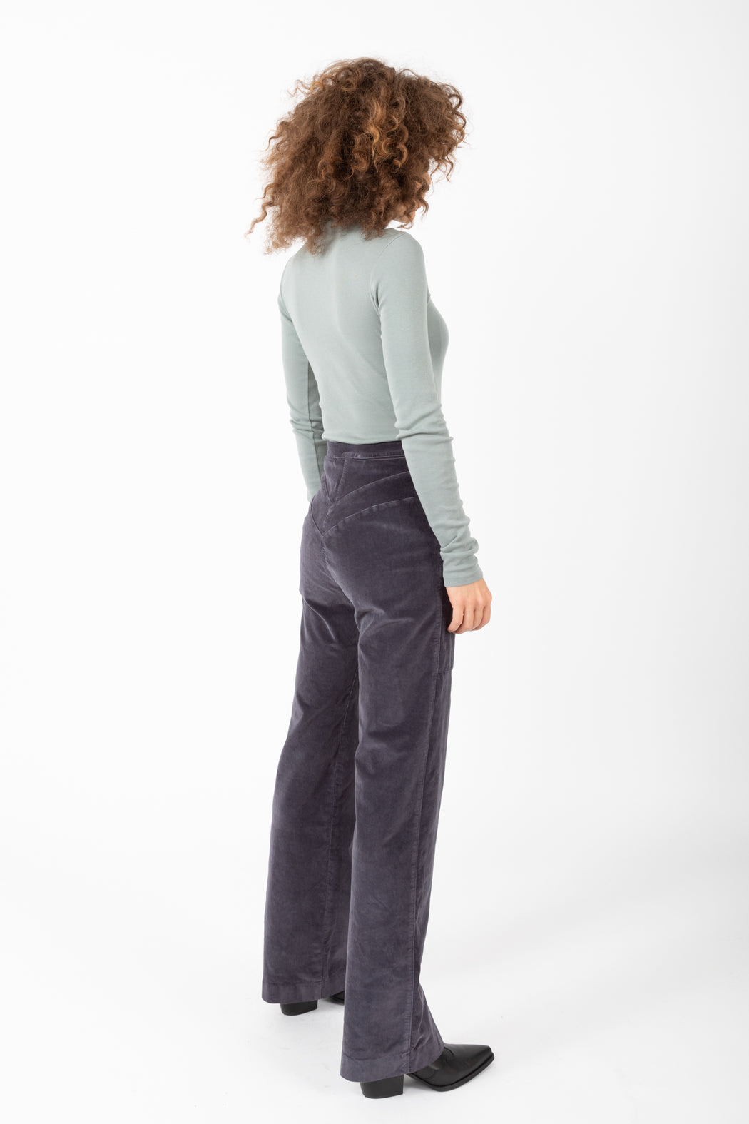 Our bestselling 70's inspired high-rise flares have been interpreted in a high stretch corduroy that resembles velvet. These Yr Cords have a double V back yoke with topstitching and deep patch pockets.