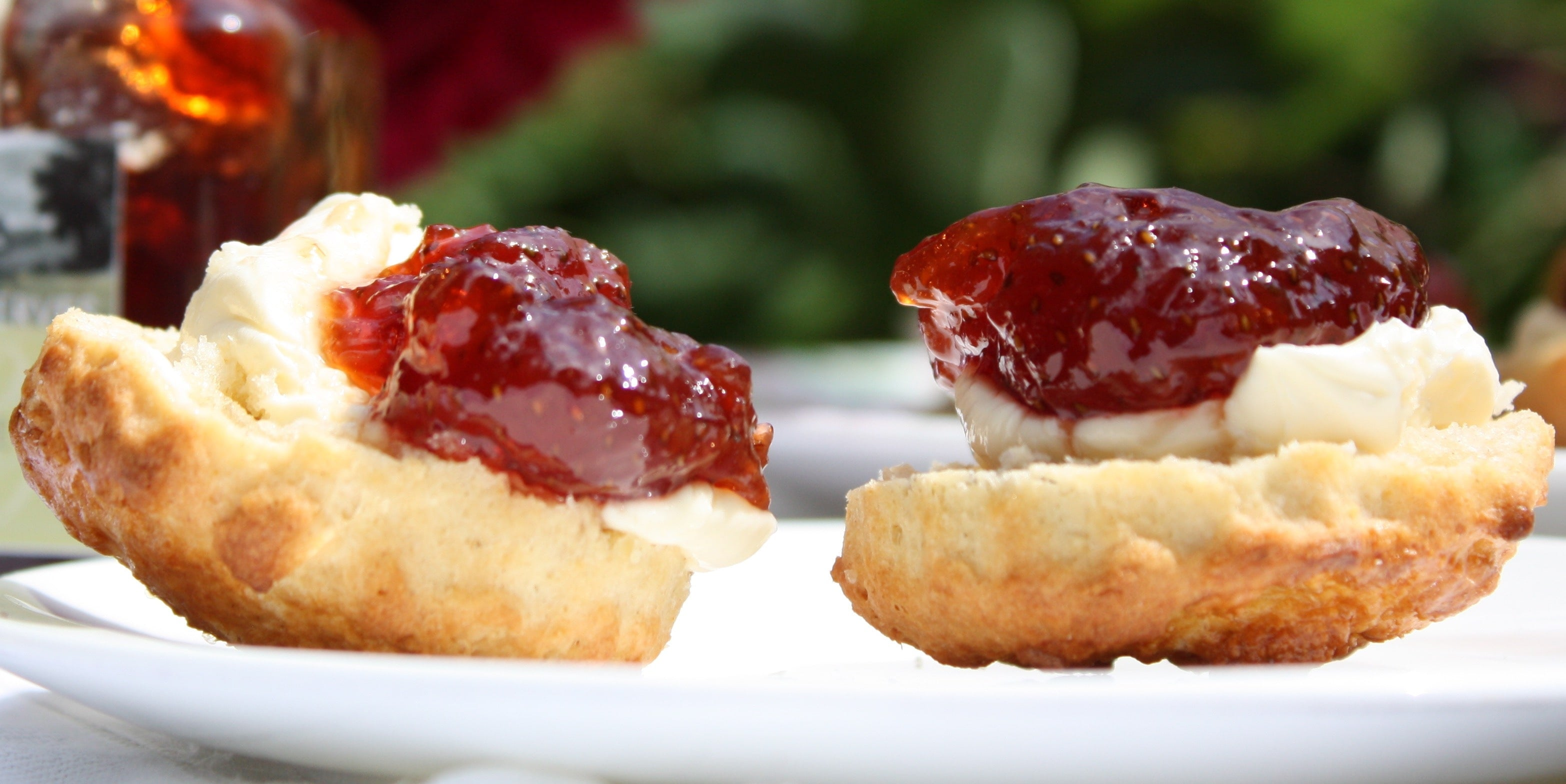 scones with strawberry & campagne preserve