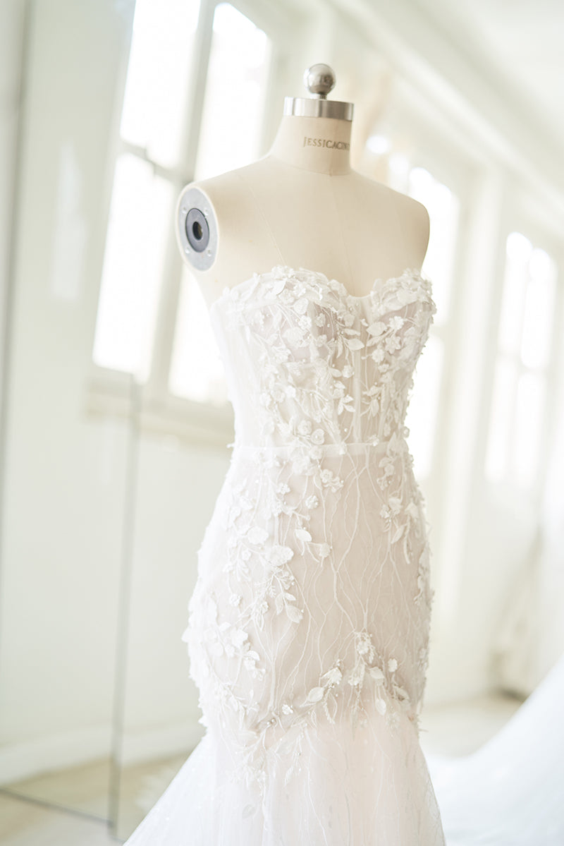 Trumpet wedding gown with lace applique