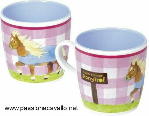 Tazza con pony, in melamina senza BPA. Forma arrotondata, all'interno colorato. Circa 8,5 cm e diametro circa 7 cm. Codice 920471.536.999.