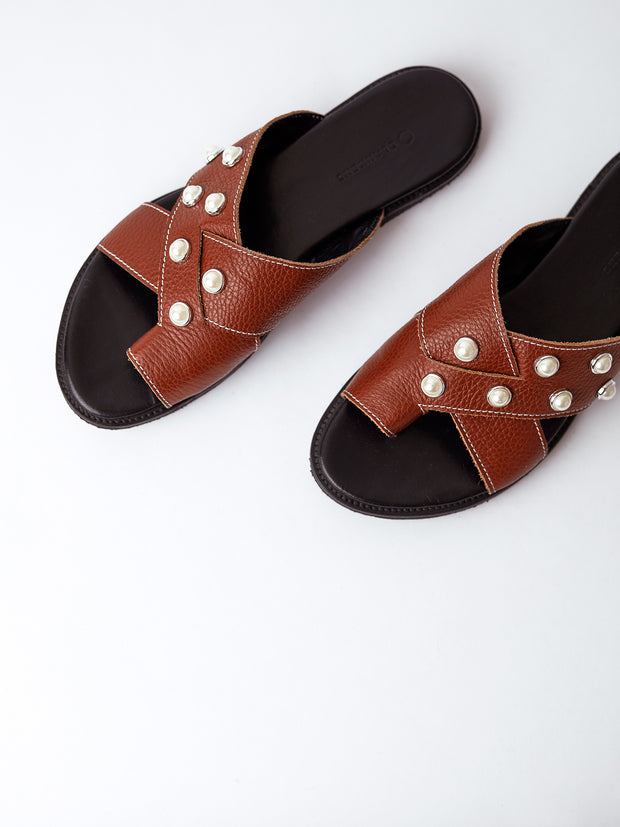 THE METTE BROWN ECO LEATHER WITH PEARLS
