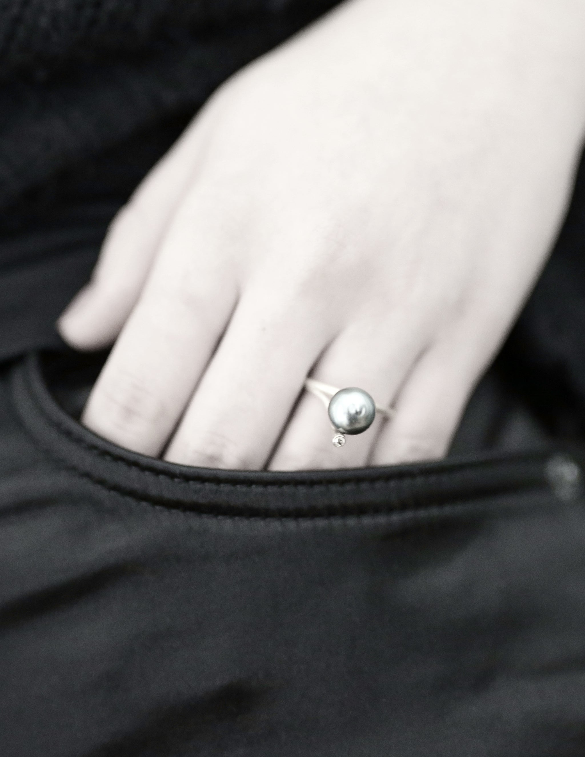 Single pearl and diamond ring