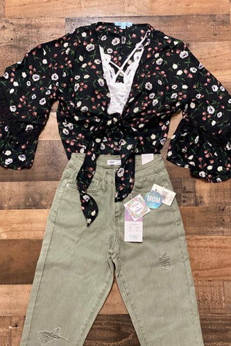 Our Olive You Mom Jeans are a staple item for Fall! She is a high-rise mom fit in a light olive color. She has light distressing, a zipper closure, and functioning front and back pockets. Pair her with a black slouchy sweater for a cozy Fall look.