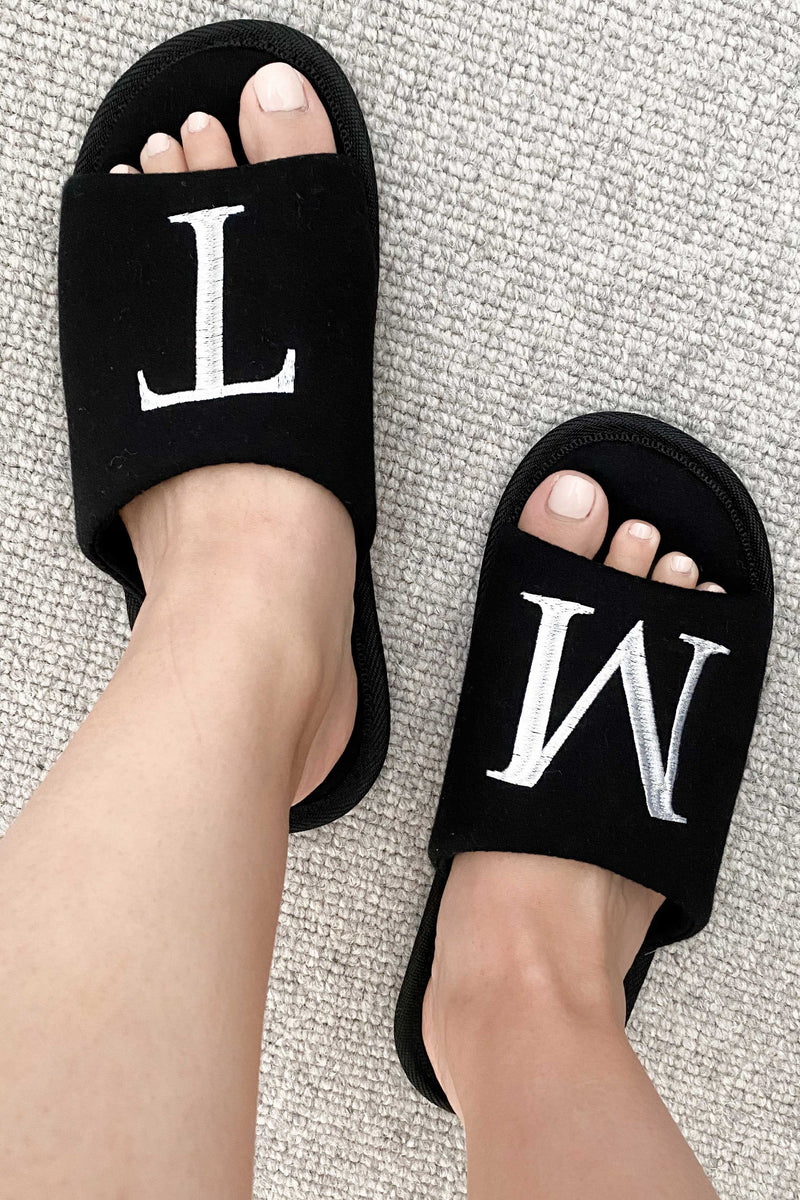 INITIAL SLIPPERS BLACK - First Initial Right Foot