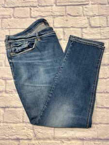 Silver brand medium wash jeans with straight leg, mid rise.  Embroidered S logo on back pockets.