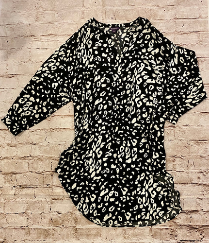 Roaman's black and white pattern blouse with v neck line.