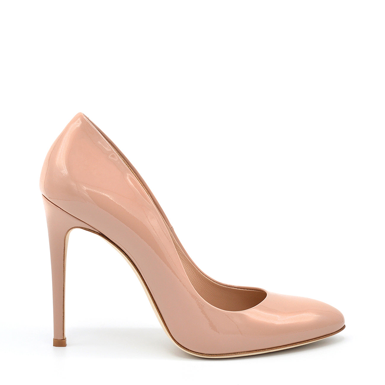 Titty. <br> Timeless natural patent leather pumps