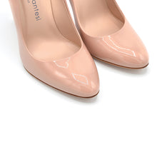 Load image into Gallery viewer, Titty. <br> Timeless natural patent leather pumps
