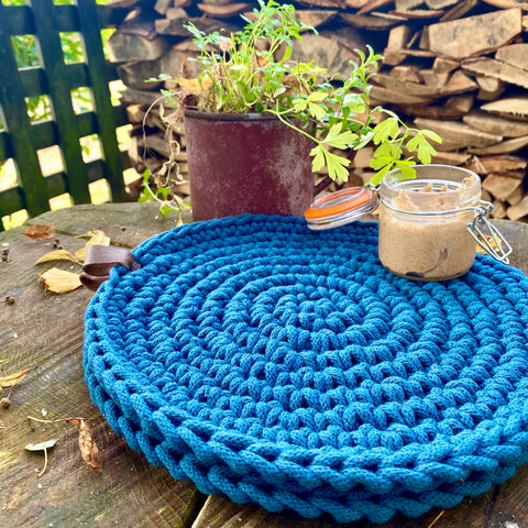 blue round placemats