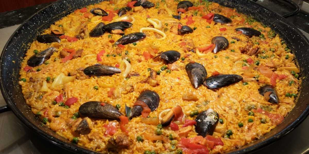enameled paella pan non stick from Machika with seafood paella in pan