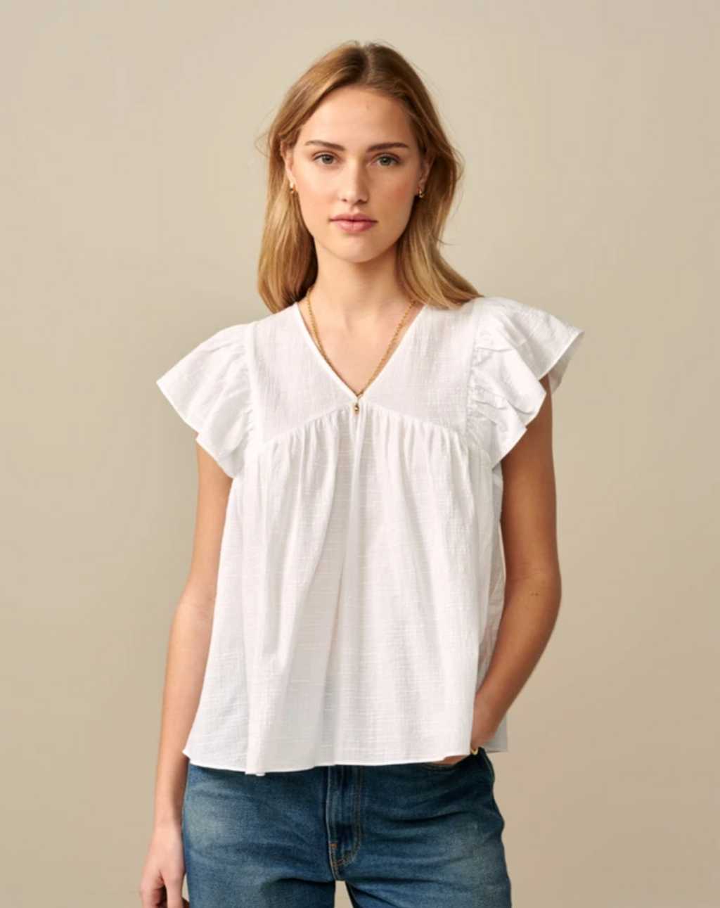 Casual yet unabashedly feminine aesthetic. With its ruffled cap sleeves, V neckline and a fully pleated front, our Hourra blouse capture the essence of a casual yet unabashedly feminine aesthetic. Crafted from a soft and textured 100% cotton, it will be perfect for your weekend wardrobe. Wear it with boyfriend jeans and a pair of slip-on or espadrilles.
