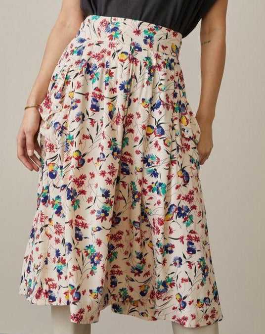 Lovely midi skirt in a floral pattern. Long and high waisted with just enough volume to move around your body elegantly but not so much that it gets in your way. What could make it even better? Pockets of course! This version is cut in a 100% viscose with a floral pattern.