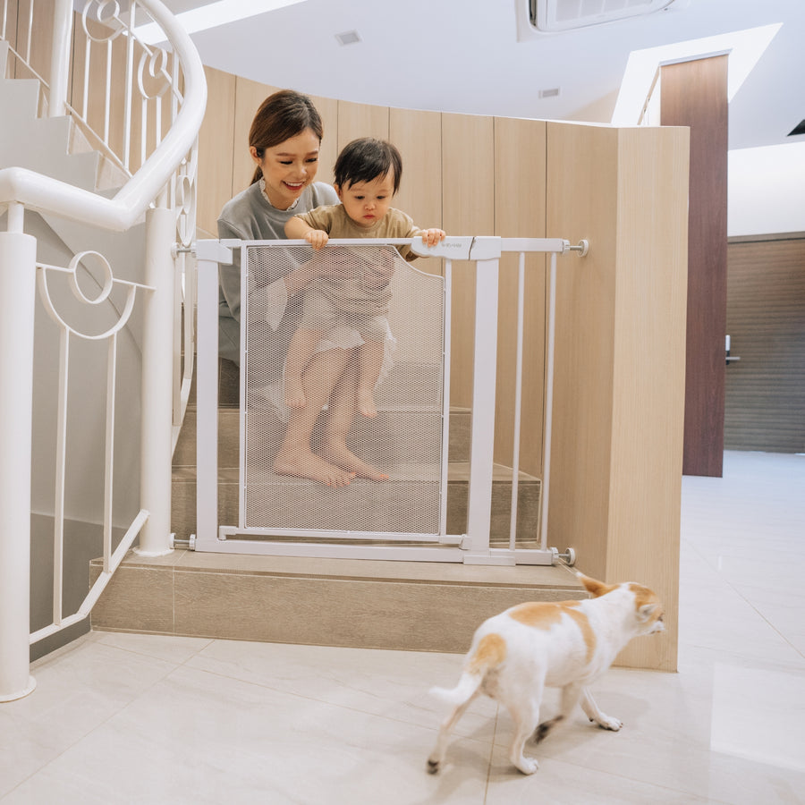 AkselBaby Safety Gate in Signature White (Mesh) - Bambamkids.co