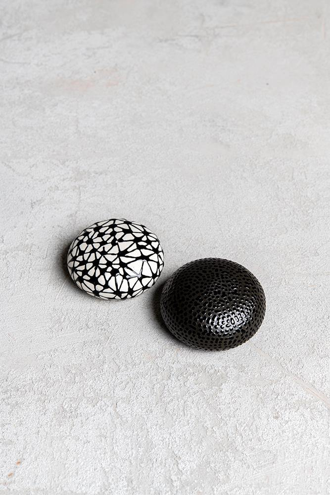 Salt and pepper shakers | Black and white - Maiyanbenyona
