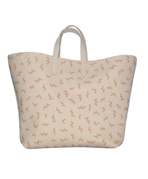 The beach bag with a tan. Jessie the biggest bag of the family! She's been carefully crafted by hand after many hours in the Portuguese sun. Jessie wants to be seen: on the beach and everywhere else. She's also available in three divine designs, so choose your favourite and get ready to shine: with her on your arm, you'll be turning heads in no time!